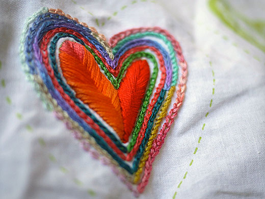 Brazilian Embroidery Tutorials http://www.embroidery.rocksea.org/stitch/fishbone-stitch/raised-fishbone-stitch/